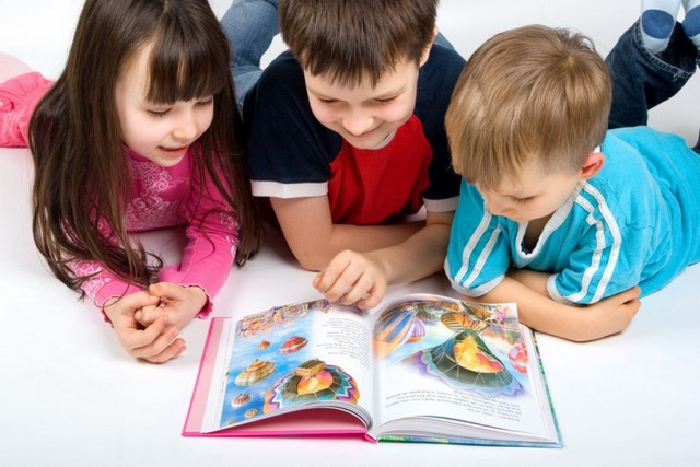 children reading picture
