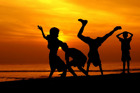 kids playing beach pictures