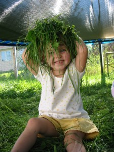 kid play in grass picture