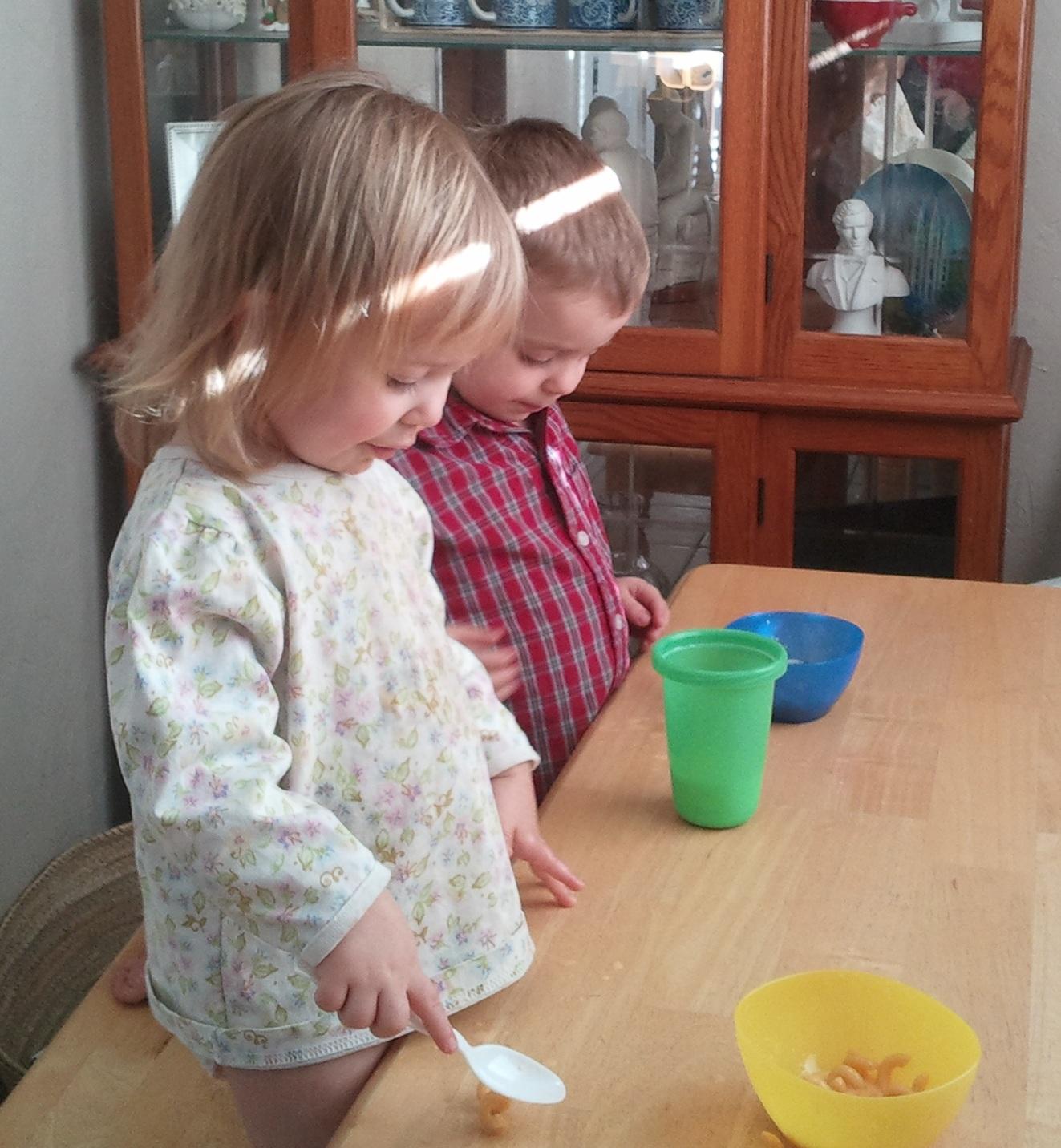 kids eating mac n cheese